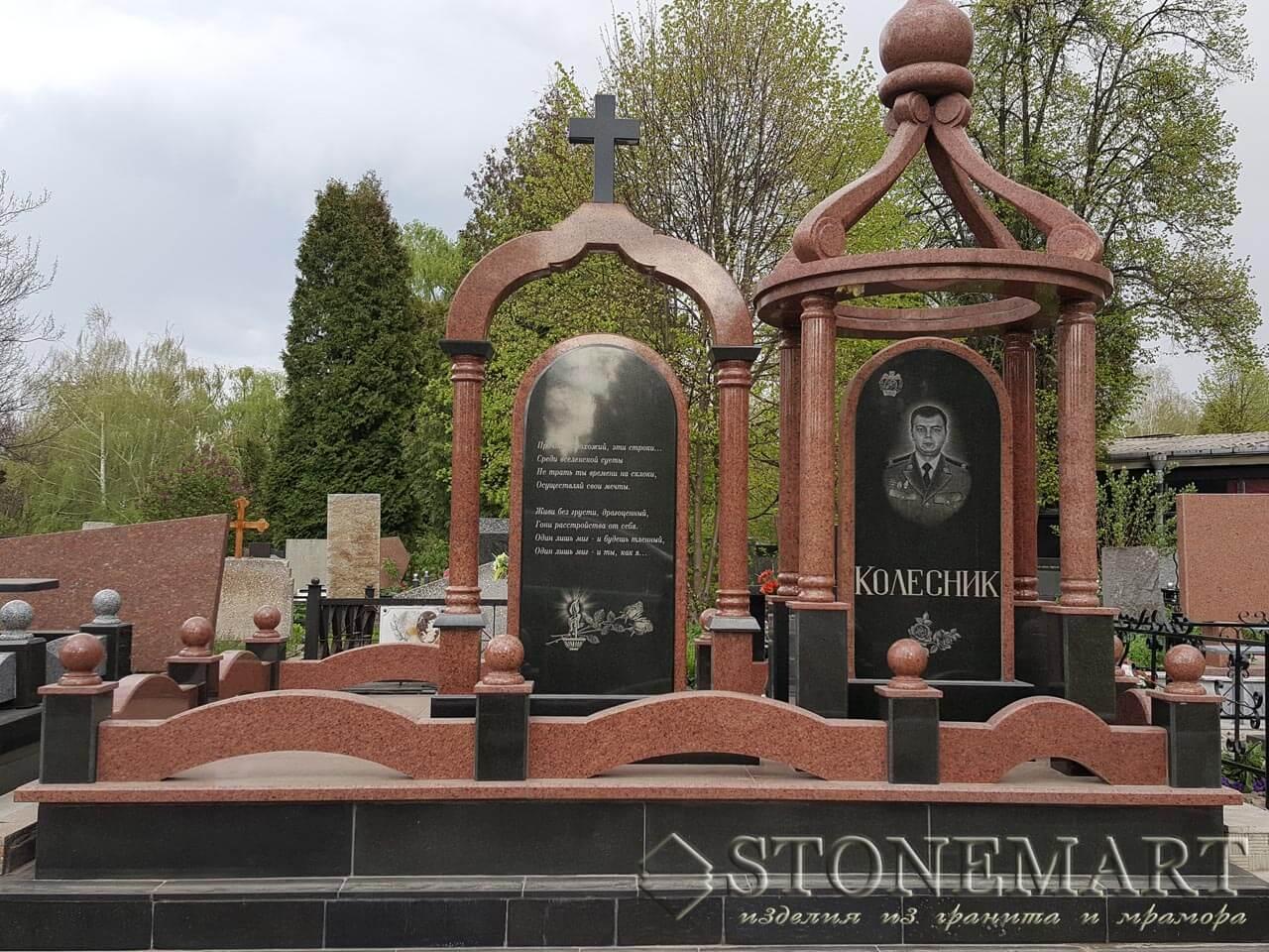 Памятник на кладбище с колоннами №42