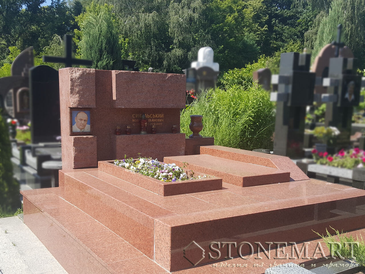 Мемориальный комплекс из красного гранита №83